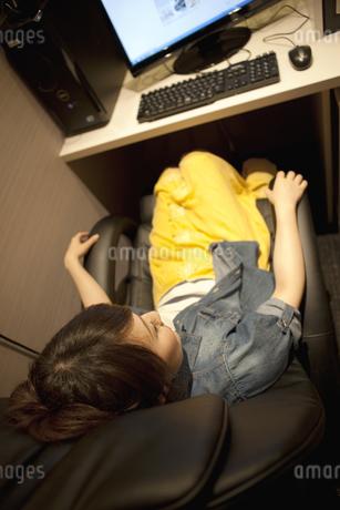 インターネットカフェでくつろぐ女性の写真素材 [FYI01301722]