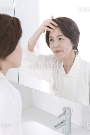 鏡を見る中高年女性の写真素材 [FYI01301740]