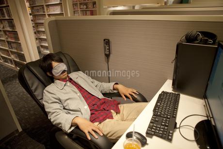 アイマスクをして眠る男性の写真素材 [FYI01301764]