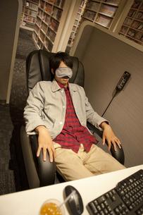 アイマスクをして眠る男性の写真素材 [FYI01301826]