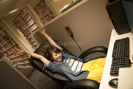 伸びをする女性の写真素材 [FYI01301828]