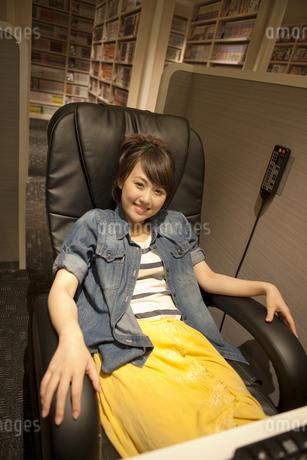 インターネットカフェでくつろぐ女性の写真素材 [FYI01301830]