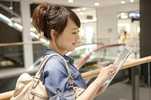 タブレットPCを操作している女性の写真素材 [FYI01301837]
