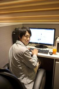 パソコンを操作している男性の写真素材 [FYI01301851]