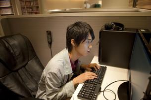 パソコンを操作している男性の写真素材 [FYI01301864]
