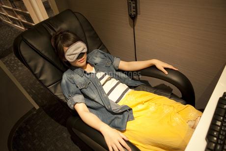 アイマスクをして眠る女性の写真素材 [FYI01301866]