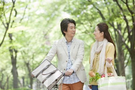 見つめ合う中高年夫婦の写真素材 [FYI01301877]
