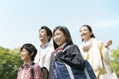 遠くを眺める4人家族の写真素材 [FYI01301884]