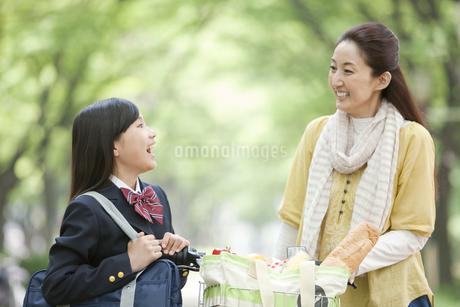 話をする女子校生と母親の写真素材 [FYI01301893]