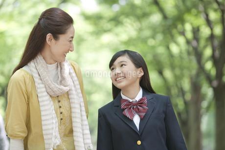 話をする女子校生と母親の写真素材 [FYI01301903]