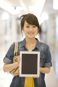 タブレットPCを持つ女性の写真素材 [FYI01301922]