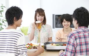 焼き肉を食べる若者4人の写真素材 [FYI01301927]