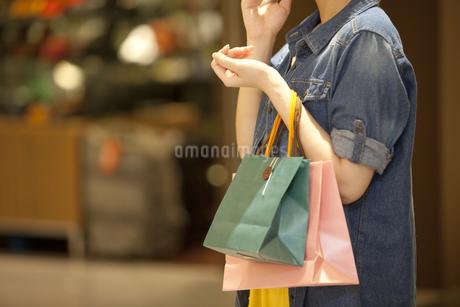 買い物袋を持つ女性の写真素材 [FYI01301959]