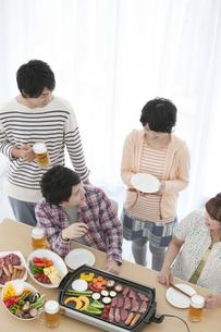 ホームパーティーをする若者4人の写真素材 [FYI01301973]
