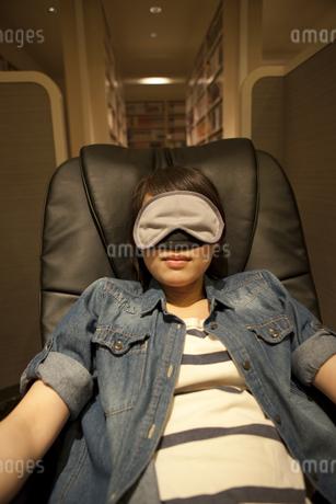 アイマスクをして眠る女性の写真素材 [FYI01302036]
