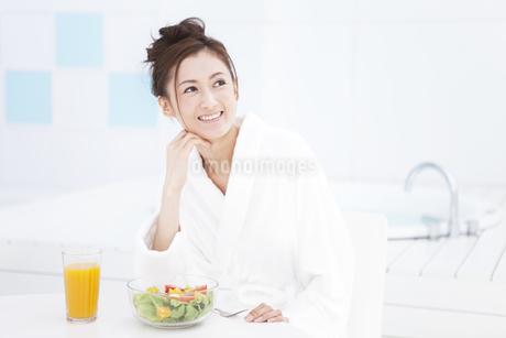 ひじをつくバスローブ姿の女性の写真素材 [FYI01302039]