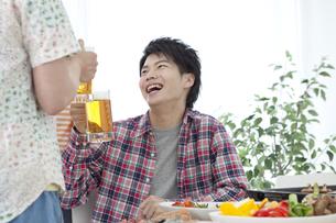 ビールジョッキを持つ若者の写真素材 [FYI01302058]