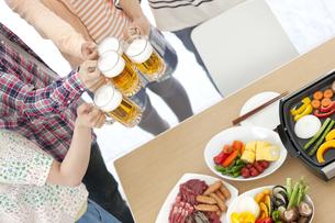 ビールで乾杯している若者4人の写真素材 [FYI01302059]