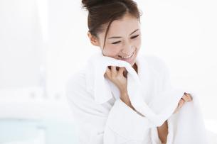 タオルを持つバスローブ姿の女性の写真素材 [FYI01302072]
