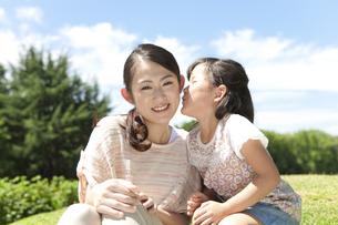 母親の頬にキスする女の子の写真素材 [FYI01302118]