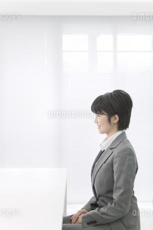 面接を受ける女性の写真素材 [FYI01302168]