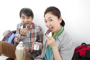 おにぎりを食べる中高年夫婦の写真素材 [FYI01302181]