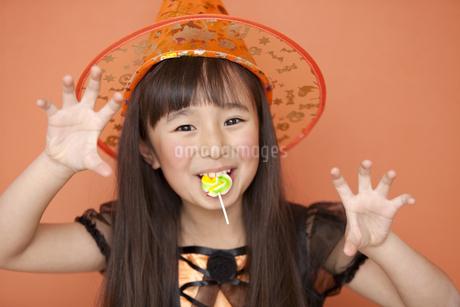 ハロウィンの衣装を着た女の子の写真素材 [FYI01302225]