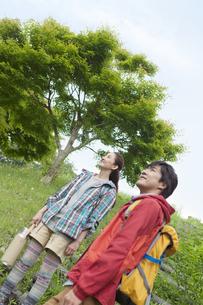 ハイキングをする中高年夫婦の写真素材 [FYI01302246]