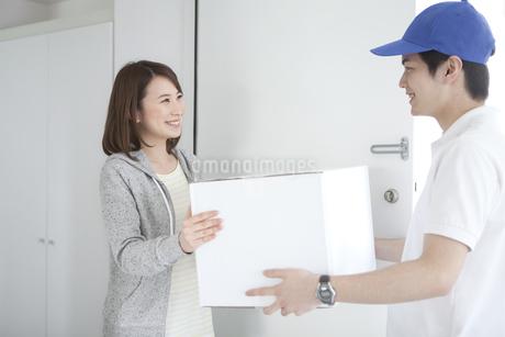 宅配便を受け取る女性の写真素材 [FYI01302260]