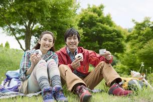 おにぎりを食べる中高年夫婦の写真素材 [FYI01302282]