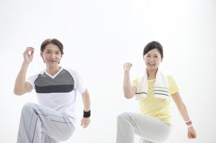 エクササイズをする中高年夫婦の写真素材 [FYI01302297]