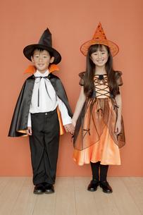 ハロウィンの衣装を着た男の子と女の子の写真素材 [FYI01302308]