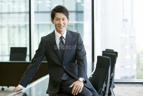 笑顔のビジネスマンの写真素材 [FYI01302317]