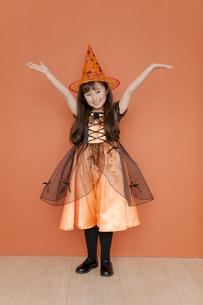 ハロウィンの衣装を着た女の子の写真素材 [FYI01302323]