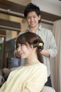 髪にカーラーを巻く女性の写真素材 [FYI01302345]