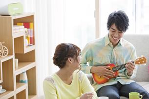 ウクレレを弾く男性と女性の写真素材 [FYI01302349]