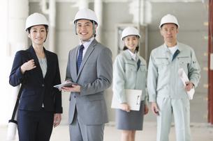 建設現場に立つ男女4人の写真素材 [FYI01302358]