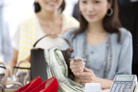 レジで支払いをする女性2人の写真素材 [FYI01302395]