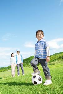 サッカーボールで遊ぶ男の子の写真素材 [FYI01302399]