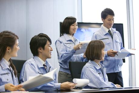 会議をする男女5人の写真素材 [FYI01302415]