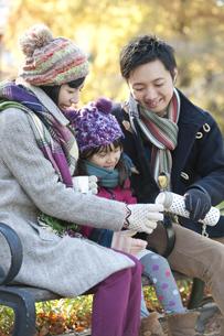 ティータイム中の家族3人の写真素材 [FYI01302427]