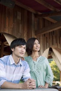 遠くを眺めるカップルの写真素材 [FYI01302457]