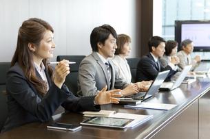 会議中のビジネス男女6人の写真素材 [FYI01302466]