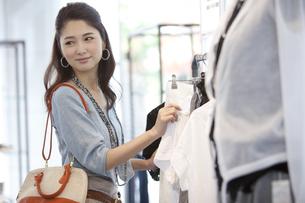 買い物をする女性の写真素材 [FYI01302504]