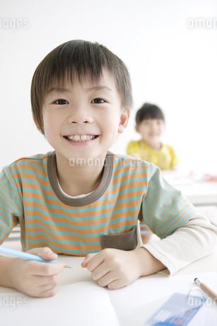 勉強をする男の子の写真素材 [FYI01302514]