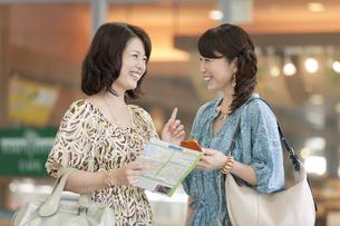 地図を持って話す中高年女性2人の写真素材 [FYI01302523]
