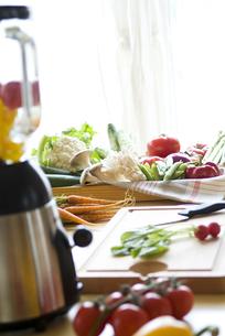 キッチンに並ぶ野菜の写真素材 [FYI01302527]