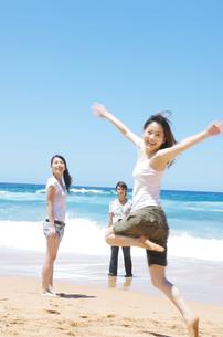 笑顔の若者3人の写真素材 [FYI01302546]