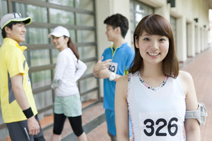 スポーツウェアを着た男女4人の写真素材 [FYI01302575]