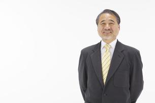 微笑むスーツ姿の中高年男性の上半身の写真素材 [FYI01302621]